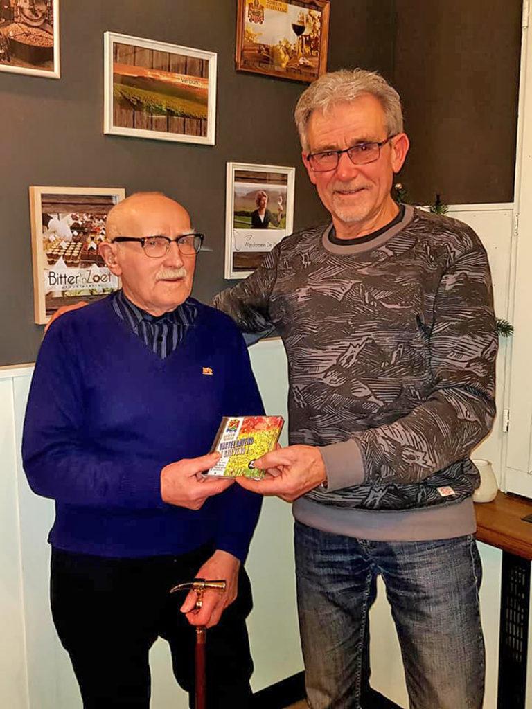 Het oudste lid van C.V. Sjilvend Alaaf (Toon van Tongelen) koopt de eerste CD van het 23ste leedjeskonkoeer.